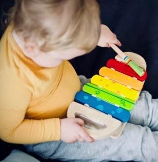 kind met xylofoon